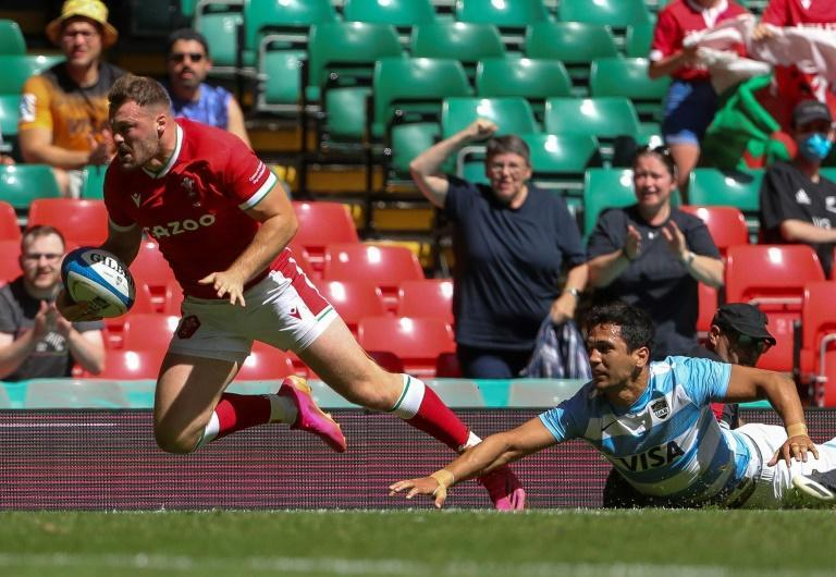 Early try - Wales wing Owen Lane (L) evades Argentina's wing Matias Moroni before touching down in Saturday's second Test in Cardiff
