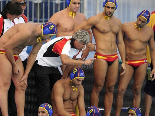 Spanish coach Rafael Aguilar (C) directs players during the match against Italy in the Mladost venue swimming pool of Zagreb on August 29, 2010 at the water polo European championships. AFP PHOTO / ATTILA KISBENEDEK