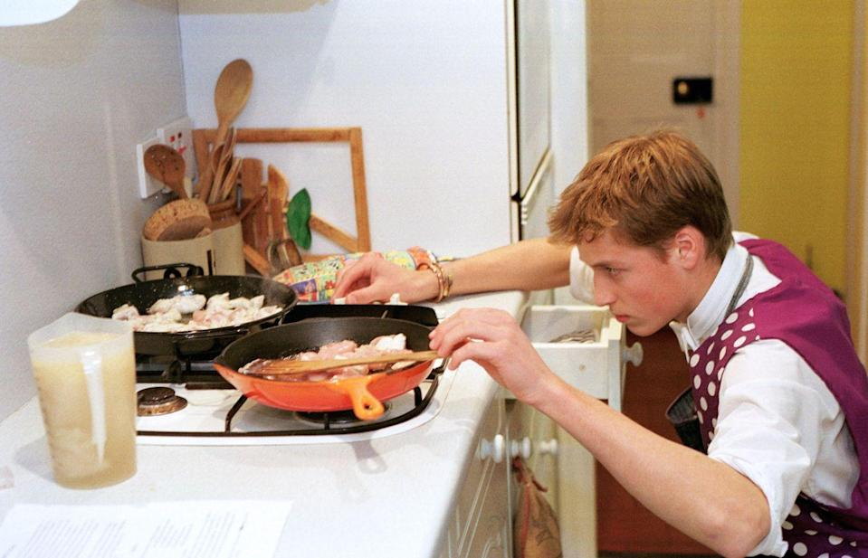 <p>Even though Prince William grew up being cooked for by the royal chef, in 2000 the future king showed off his skills in the kitchen. Her prepared chicken paella at his boarding school, Eton College. </p>