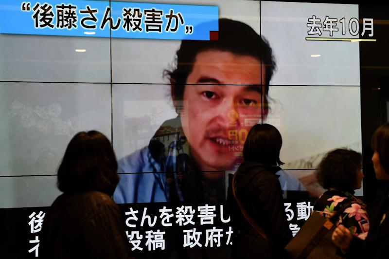 People walk past a screen reporting that Japanese hostage Kenji Goto was killed by the Islamic State group, on February 1, 2015 in Tokyo (AFP Photo/Toru Yamanaka)