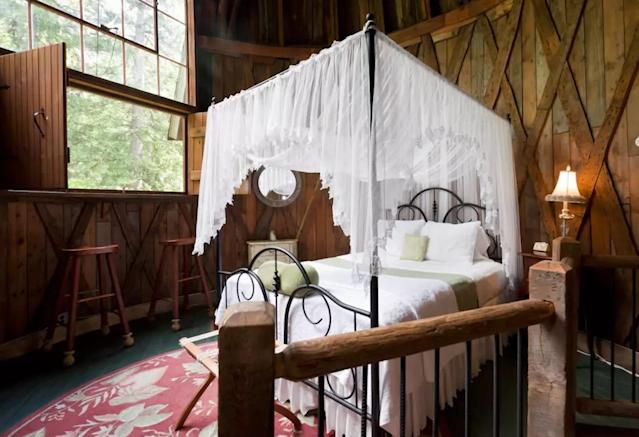 <p>Imagine waking up here, in total silence except for the birds chirping on the windowsill.<br>(Airbnb) </p>