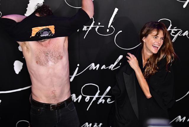 Matthew Rhys strips on the red carpet. (Photo: Getty Images)