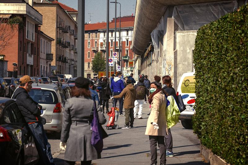 The queue outside the post office to collect the pension. The police intervention served to avoid gatherings and to manage user anger. Milan, April 2, 2020 (Photo by Fabrizio Di Nucci/NurPhoto via Getty Images) (Photo: NurPhoto via Getty Images)