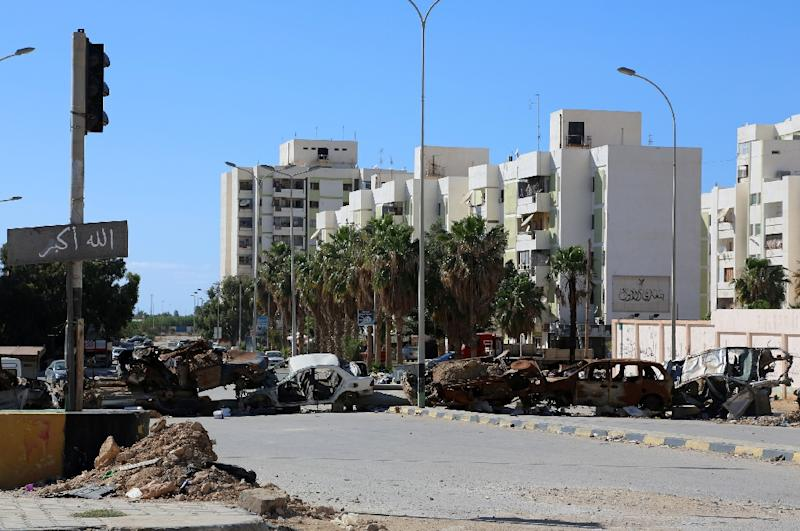 Burnt cars seperate the residential area of Al-Keesh in the eastern Libyan city of Benghazi, on May 17, 2015 (AFP Photo/)