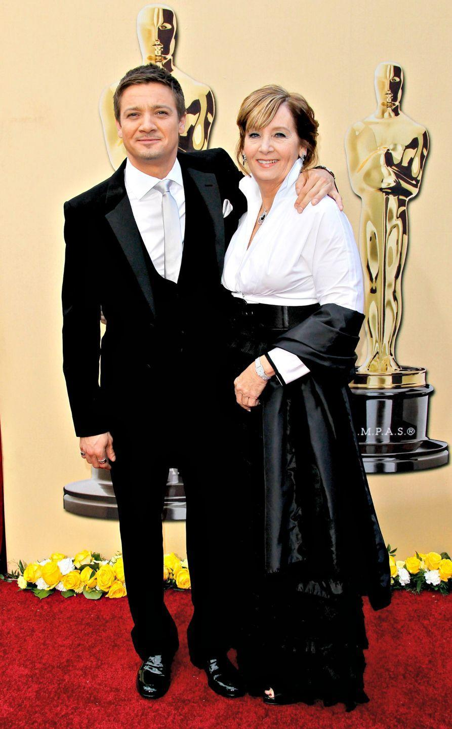 <p>Jeremy kept his arm around mom Valerie Clearly as they posed for photos at the 2010 Oscars. </p>