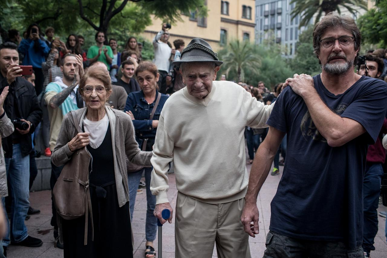 <p>A 90-year old man is cheered and clapped by the crowd as he leaves after casting his referendum vote. (Getty) </p>