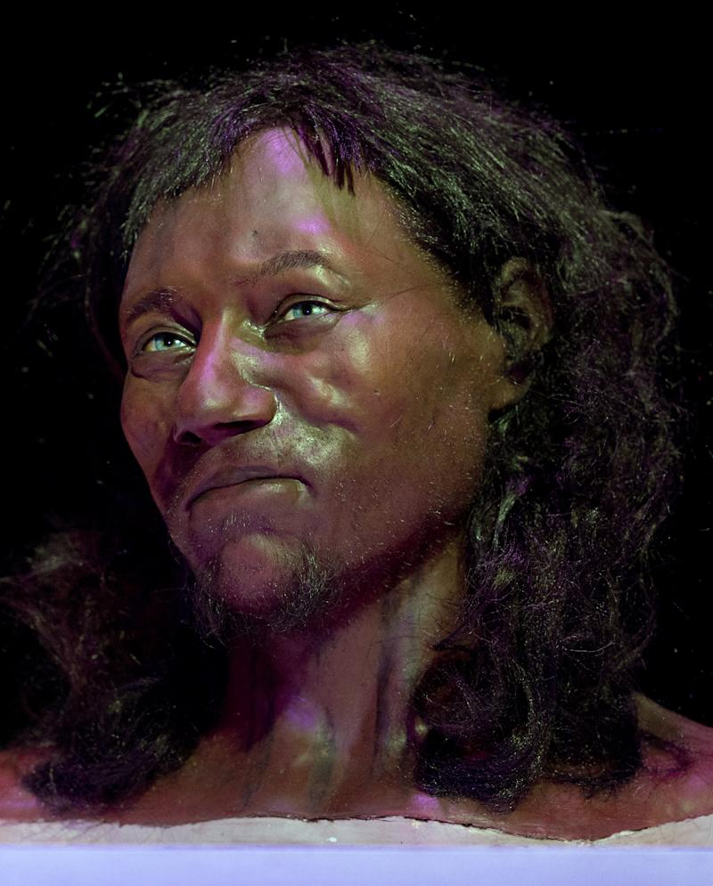 DNA suggests 10000-year-old Brit had dark skin, blue eyes