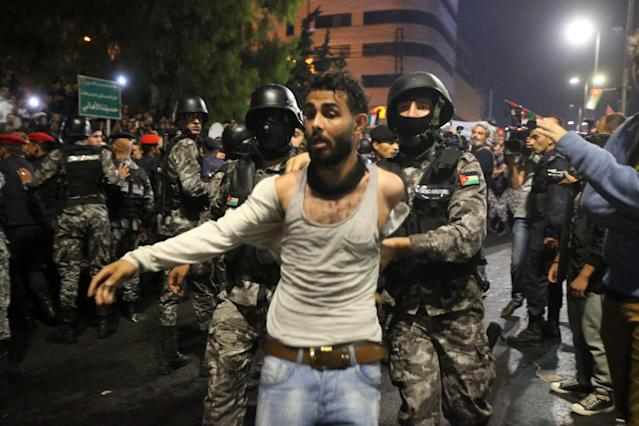 <p>Anti-riot police clash with people gathered in protest outside the Prime Minister's office (location also known as the 4th circle) on June 4, 2018 in Amman, Jordan. (Photo: Salah Malkawi/Getty Images) </p>