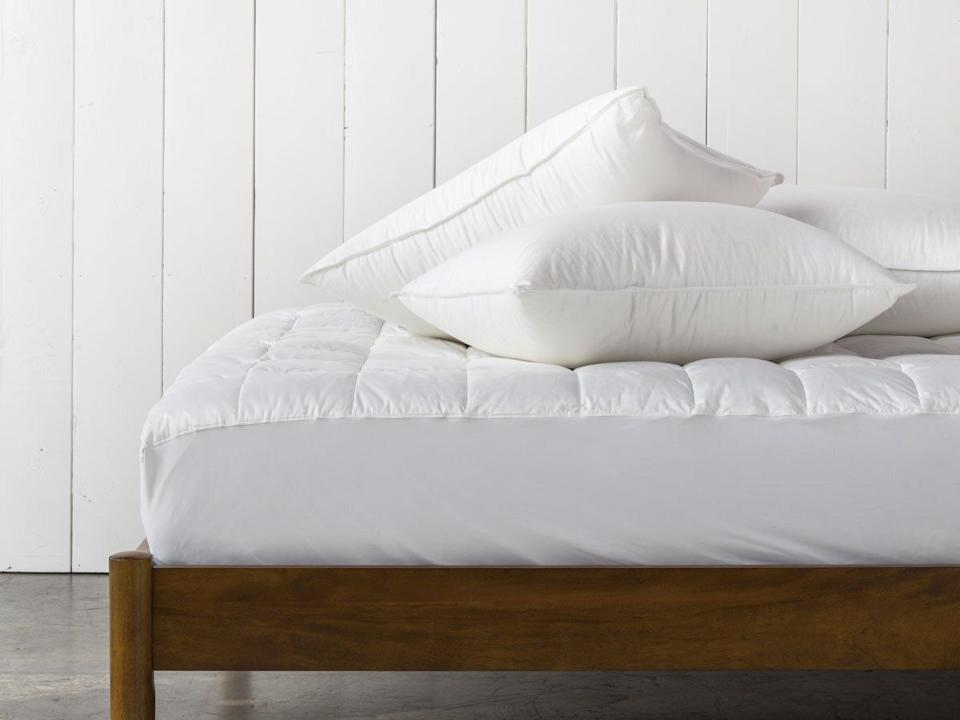 """This bundle includes a duvet insert and two pillows. You can choose the duvet and pillow density.<a href=""""https://fave.co/38PyOz4"""" target=""""_blank"""" rel=""""noopener noreferrer"""">Originally starting at $310, get the queen-size set now for 20% off at Parachute</a>."""