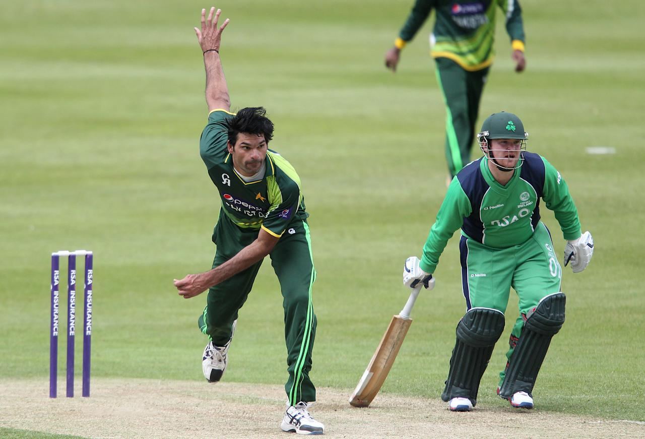 Pakistan's Mohammad Irfan (L) delivers a ball as Ireland's Paul Stirling (R) looks on during the One Day International (ODI) cricket match between Pakistan and Ireland at Clontarf Cricket Club in Dublin on May 23, 2013.