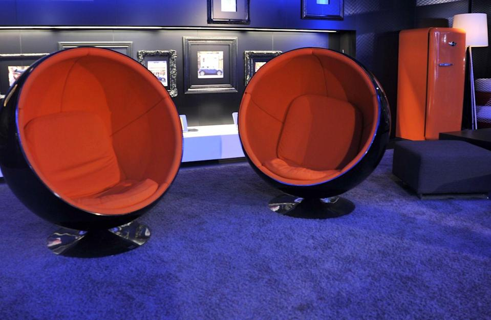 <p>Whether you call them ball chairs or pod chairs or egg chairs or globe chairs, these seats were comforting and cozy. </p>