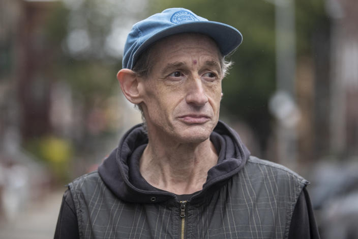Former college music professor David Shohl who now lives in a shleter in Brooklyn. (Photo: Gordon Donovan/Yahoo News)