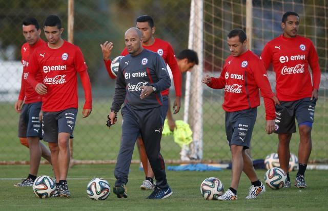 Chile's national soccer team coach Jorge Sampaoli (C) and players attend a training session at Toca da Raposa II in Belo Horizonte June 26, 2014. REUTERS/Toru Hanai (BRAZIL - Tags: SPORT SOCCER WORLD CUP)