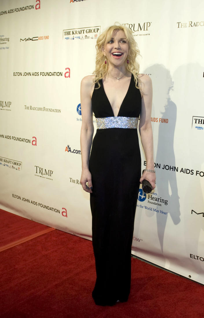 """Musician Courtney Love arriving at the Elton John AIDS Foundation's eighth annual benefit """"An Enduring Vision"""" November 16, 2009 in New York"""