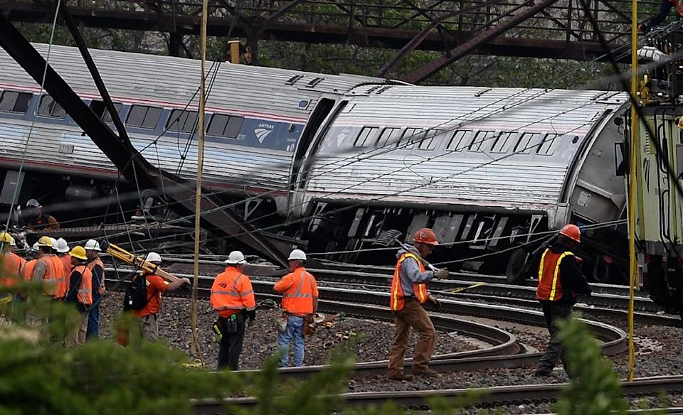 Rescuers work around derailed carriages of an Amtrak train in Philadelphia, Pennsylvania, on May 13, 2015 (AFP Photo/Jewel Samad)