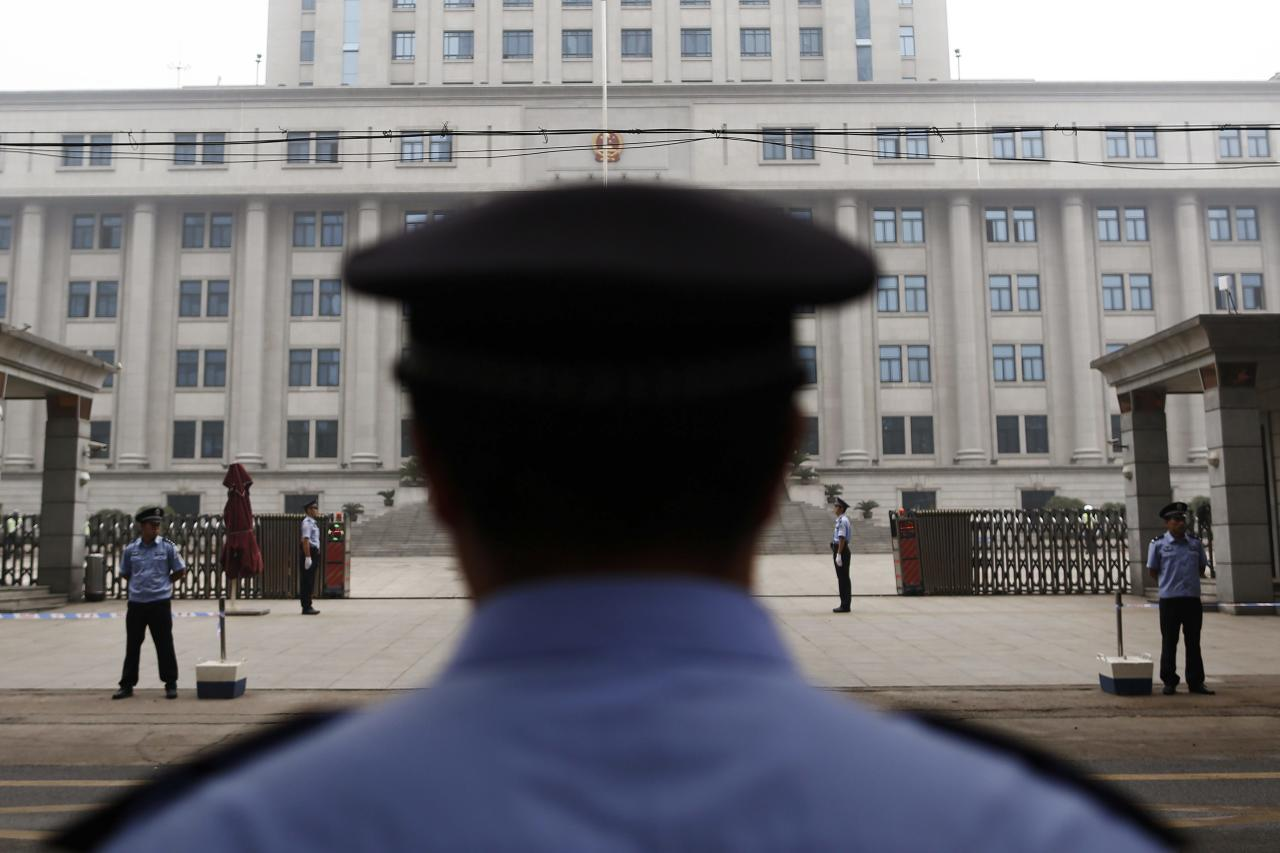 Policemen guard the entrance of the Jinan Intermediate People's Court where the trial of disgraced Chinese politician Bo Xilai will be held, in Jinan, Shandong province September 22, 2013. The court will announce its verdict on former top politician Bo on Sunday following his 5-day trial last month on charges of corruption and abuse of power. He could be handed a long jail term by the Communist Party-controlled court. REUTERS/Aly Song (CHINA - Tags: POLITICS CRIME LAW)