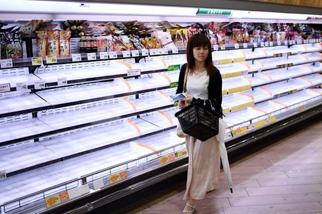 Tokyo residents emptied the shelves of local supermarkets, buying typhoon supplies before Hagibis makes landfall (AFP Photo/Franck FIFE)