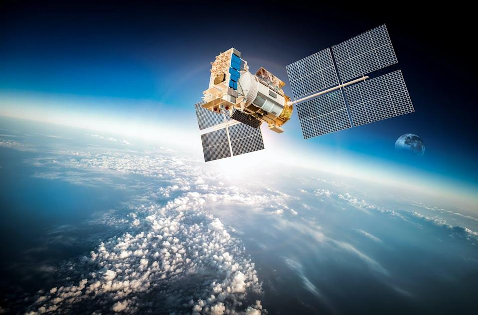 """<span class=""""attribution""""><a class=""""link rapid-noclick-resp"""" href=""""https://www.shutterstock.com/es/image-photo/space-satellite-orbiting-earth-elements-this-258972995"""" rel=""""nofollow noopener"""" target=""""_blank"""" data-ylk=""""slk:Shutterstock / Andrey Armyagov"""">Shutterstock / Andrey Armyagov</a></span>"""