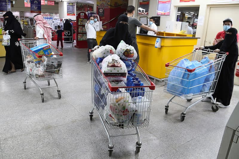 From food to cars, Saudis stock up ahead of VAT hike