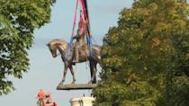 The controversial statue of Confederate general Robert E. Lee is removed in Richmond, Virginia (AFP/Bastien INZAURRALDE, Gilles CLARENNE)
