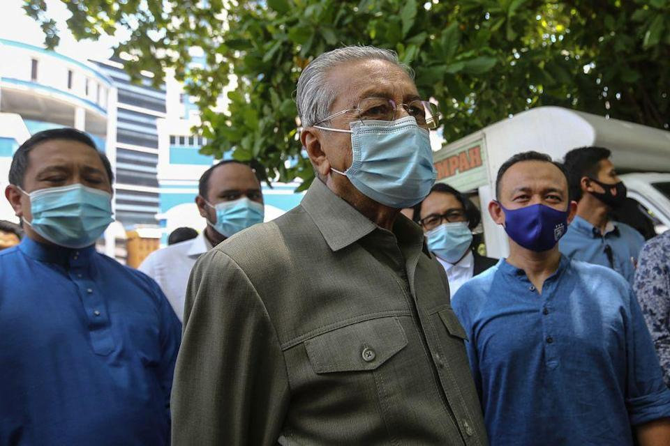 Tun Dr Mahathir Mohamad is pictured in front of the Dang Wangi District Police headquarters in Kuala Lumpur April 2, 2021. — Picture by Yusof Mat Isa