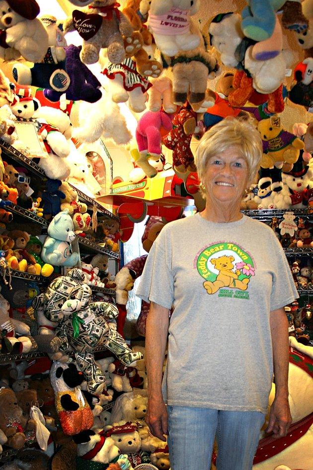 Jackie Miley, 63 ans, est entouré par des ours en peluche dans ce Juillet 21, 2012, photo de Teddy Bear Town à Hill City, SD Avec 7.790 ours en peluche dans sa collection, Miley détient le record mondial Guinness pour le plus grand ours en peluche collection. (AP Photo / Kristi Eaton)
