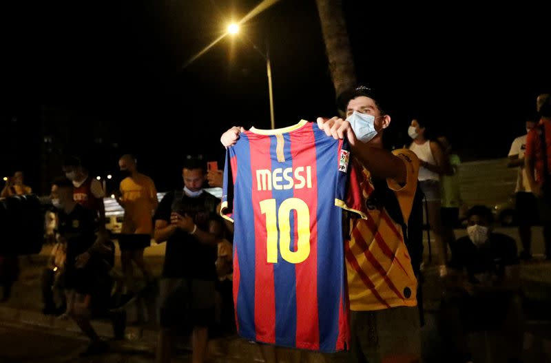 Barcelona fans chant for Messi to stay, want management out