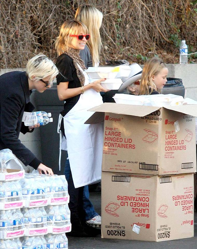 "A pregnant Nicole Richie spent her Turkey Day giving out meals to the homeless as part of her community service. Alpha-X-APG/<a href=""http://www.x17online.com"" target=""new"">X17 Online</a> - November 22, 2007"