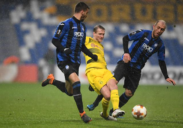 Soccer Football - Europa League Round of 32 Second Leg - Atalanta vs Borussia Dortmund - Stadio Atleti Azzurri, Bergamo, Italy - February 22, 2018 Borussia Dortmund's Andre Schurrle in action with Atalanta's Leonardo Spinazzola and Andrea Masiello REUTERS/Alberto Lingria