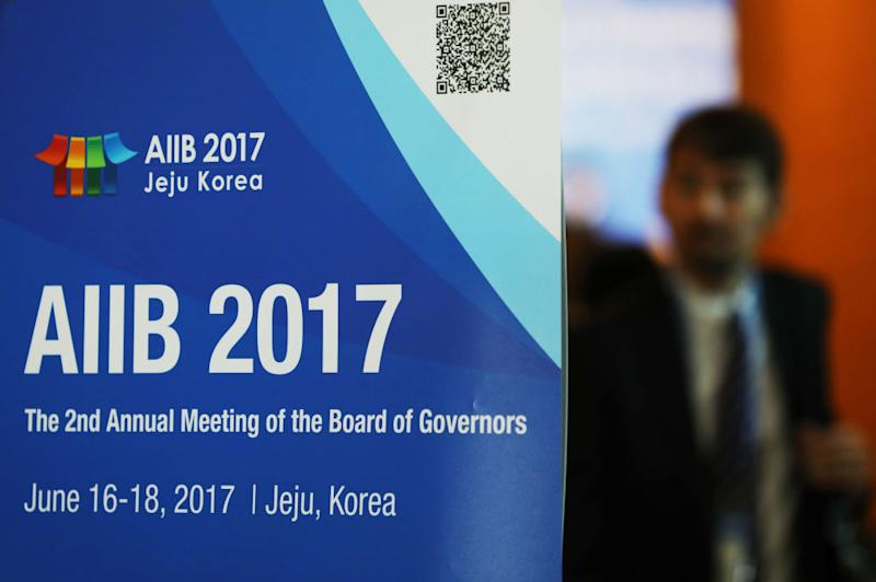 Moon, Kim play hosts to 2nd annual AIIB meeting in Jeju