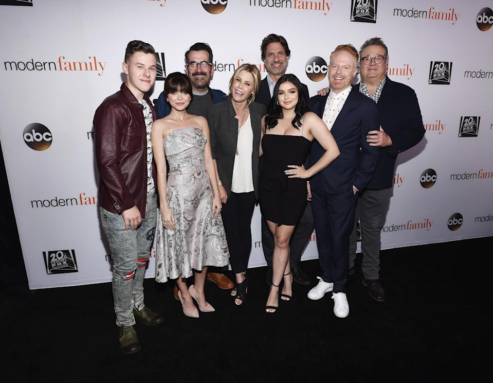 Ariel Winter posed with her <em>Modern Family</em> castmates Monday night. (Photo: Amanda Edwards/Getty Images)