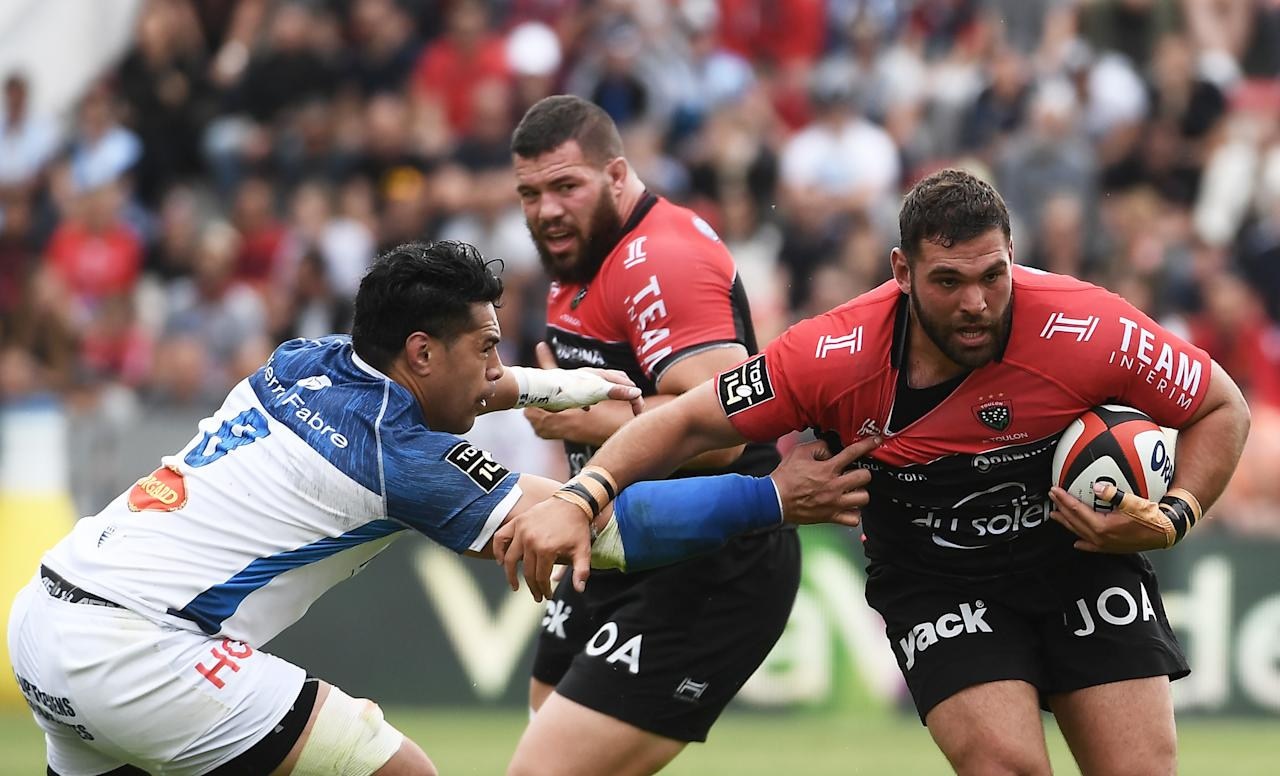 Castres New Zealand flanker Alex Tulou (L) vies RC Toulon's Australian flanker Liam Gill (R) during the French Top 14 rugby union match between Toulon and Castres on April 15, 2017 at the Mayol stadium in Toulon, southern France. (AFP Photo/ANNE-CHRISTINE POUJOULAT)