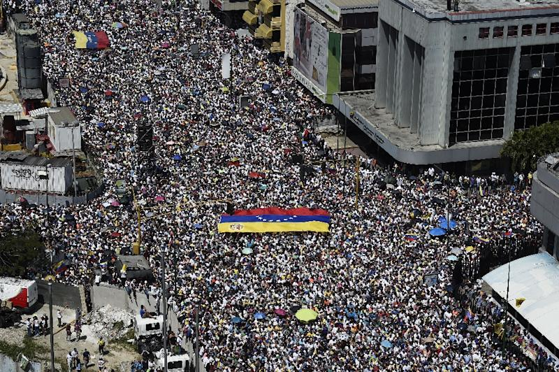 Opposition activists display a Venezuelan flag as they pour to the streets to back Venezuelan opposition leader Juan Guaido's calls for early elections, in Caracas on February 2, 2019 (AFP Photo/Federico PARRA)