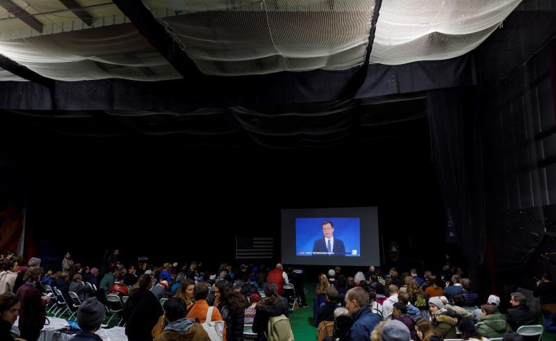 People watch as Democratic Party presidential candidate Pete Buttigieg participates in a debate during a debate watch party organized by the campaign of senator Bernie Sanders, in Manchester, New Hampshire, USA, 07 February 2020. EFE/EPA/JUSTIN LANE