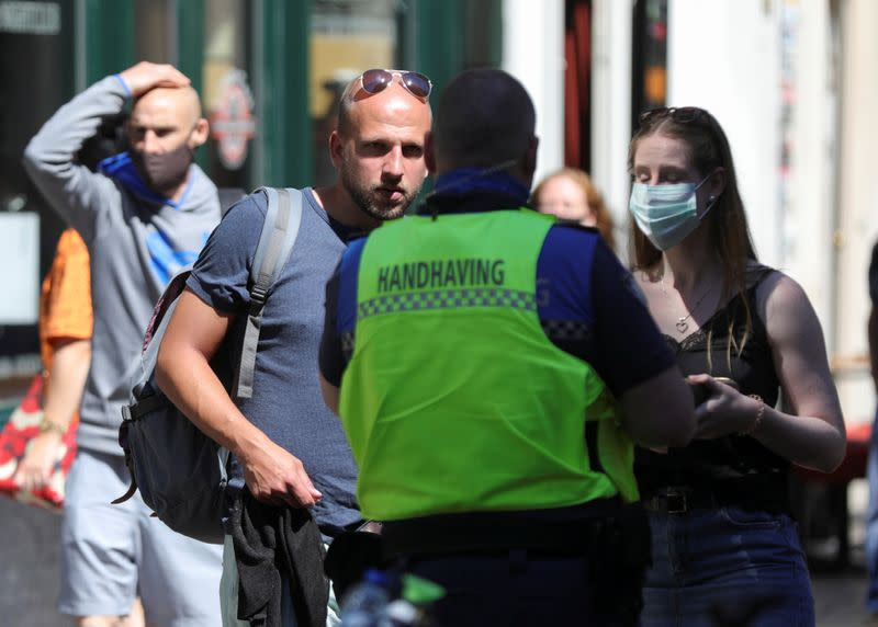 "Amsterdam begins an ""experiment"" with mandatory face masks in the busiest streets of the city"