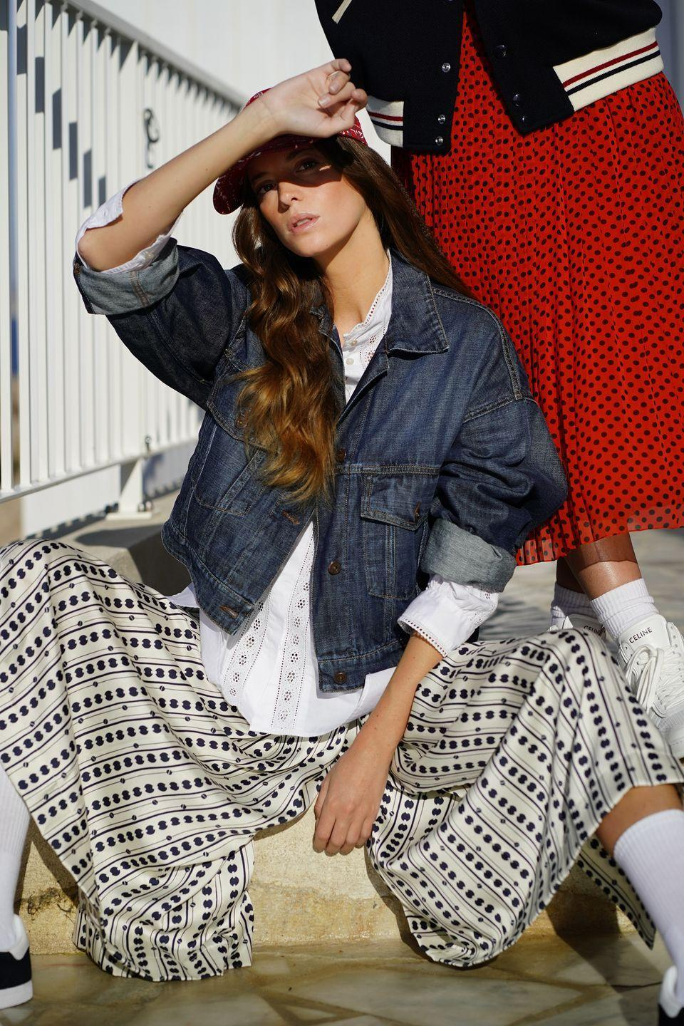 <p>Giubbotto di denim oversize, <strong>Weekend Max Mara</strong> (229 euro), blusa con inserti di pizzo, <strong>Marella</strong> (139 euro), come la gonna pantalone di twill (179 euro); baseball cap <strong>HTC Los Angeles</strong>, calze vintage, sneakers <strong>Adidas Originals</strong>.</p>