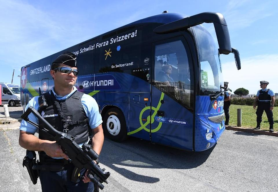 A policeman stands guard as Switzerland's national football team leaves Montpellier's airport by bus ahead of the Euro 2016 tournament on June 6, 2016 (AFP Photo/Pascal Guyot)