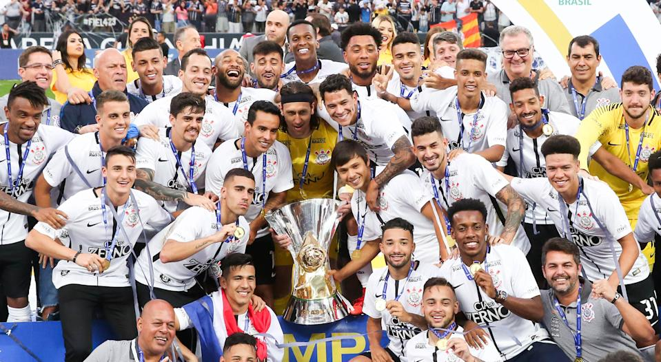 SAO PAULO, BRAZIL - NOVEMBER 26: Players of Corinthians celebrate after winning the Brasileirao 2017 during the winning cerimony after the match against Atletico MG for the Brasileirao Series A 2017 at Arena Corinthians Stadium on November 26, 2017 in Sao Paulo, Brazil. (Photo by Alexandre Schneider/Getty Images)