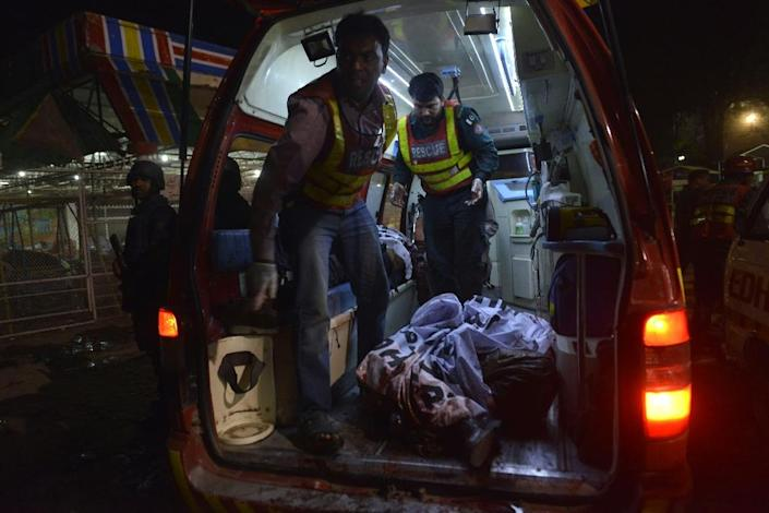 Pakistani rescuers carry a body in an ambulance from a bomb blast site in Lahore on March 27, 2016 (AFP Photo/Arif Ali)