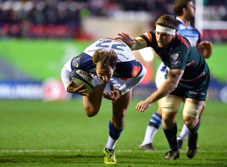 Castres' Kylian Jaminet (L) breaks through Leicester Tigers' defence during their European Champions Cup rugby union match, at Welford Road in Leicester, England, on October 21, 2017