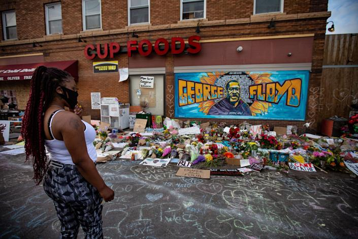 A woman pays her respects at the makeshift memorial and mural outside Cup Foods in Minneapolis on May 31. (Photo: Jason Armond via Getty Images)