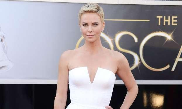 <p><strong>8° Charlize Theron, Dior / 100mila dollari</strong>. Indossato alla notte degli Oscar 2013, il vestito era accompagnato da un bracciale in diamante marchiato Harry Winston, dal valore di 4 milioni di dollari (Getty Images) </p>