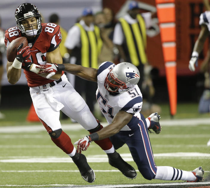 Atlanta Falcons tight end Tony Gonzalez (88) makes the catch against New England Patriots outside linebacker Jerod Mayo (51) during the first half of an NFL football game, Sunday, Sept. 29, 2013, in Atlanta. (AP Photo/John Bazemore)