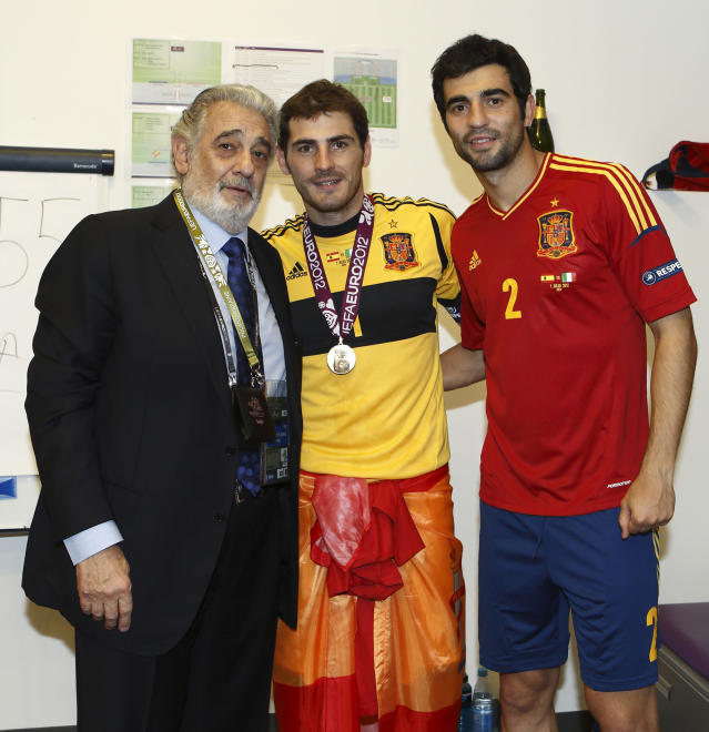 KIEV, UKRAINE - JULY 01: In this handout image supplied by the Royal Spanish Football Federation, Spanish tenor Placido Domingo poses with Iker Casillas and Raul Albiol of the victorious Spanish team, in the dressing room after the UEFA EURO 2012 final match between Spain and Italy at the Olympic Stadium on July 1, 2012 in Kiev, Ukraine. (Photo by Carmelo Rubio / RFEF via Getty Images)