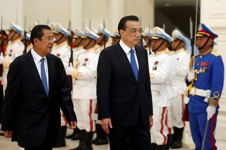 Chinese Premier Li Keqiang and Cambodia's Prime Minister Hun Sen review an honor guard in Phnom Penh, Cambodia January 11, 2018. REUTERS/Samrang Pring