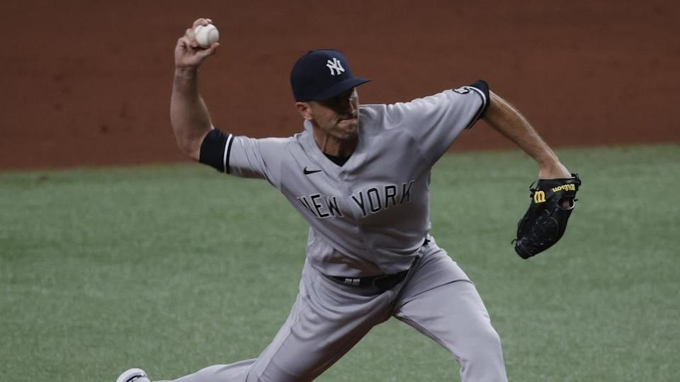 Yankees Darren O'Day pitches in gray uniform