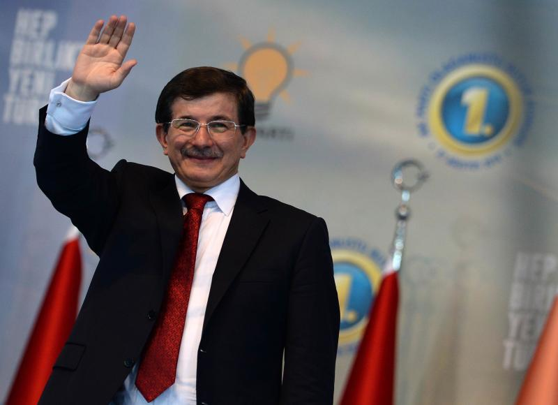 Turkish Foreign Minister and ruling Justice and Development Party (AKP) chairman candidate Ahmet Davutoglu greets his supporters on August 27, 2014 (AFP Photo/Selahattin Sonmez)