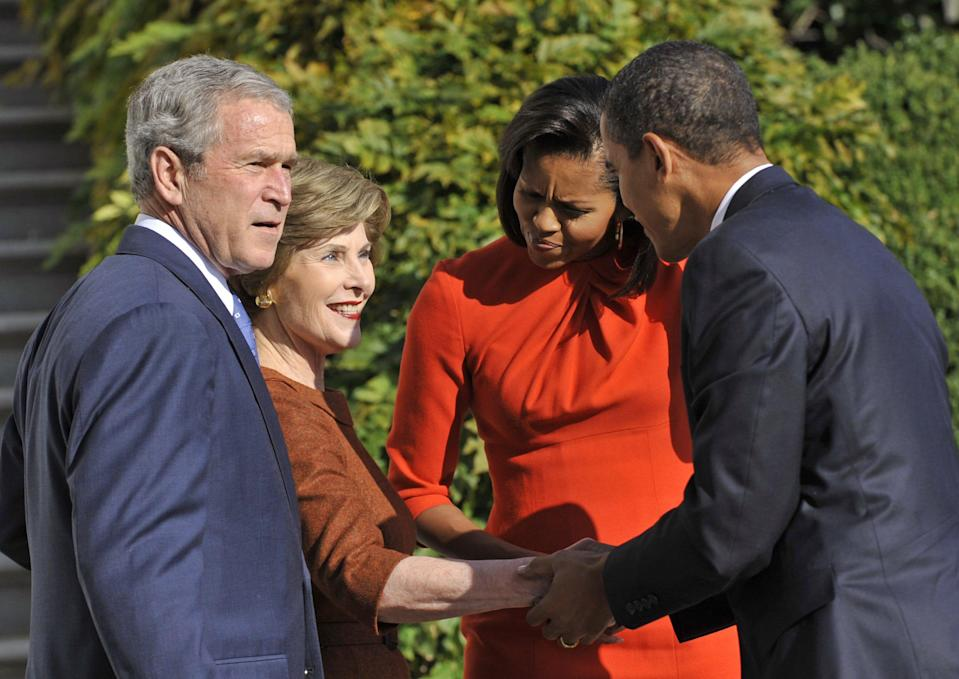 President George W. Bush and his wife Laura welcome President-elect Barack Obama and his wife Michelle to the White House NNov. 10, 2008 .