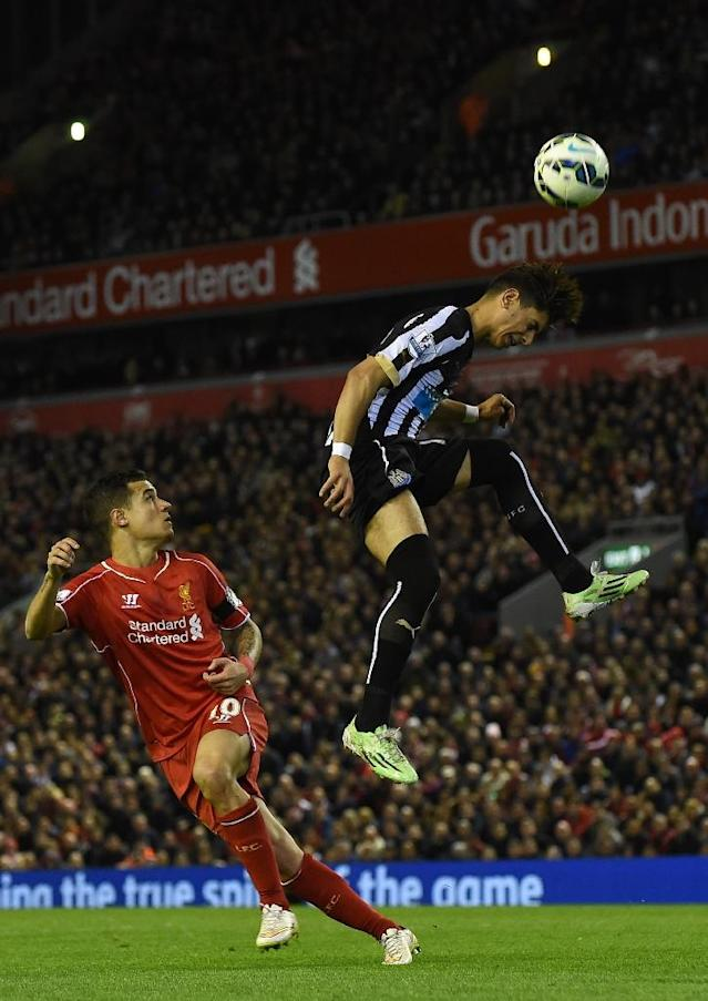 Newcastle's Ayoze Perez (R) jumps to win a header next to Liverpool's Philippe Coutinho during their Premier League match at Anfield on April 13, 2015 (AFP Photo/Paul Ellis)
