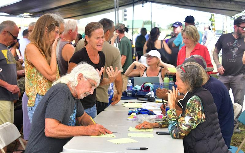 Evacuees from the Kilauea volcano fill out forms before being allowed to return to their Leilani Estates homes to gather belongings (AFP Photo/Frederic J. BROWN)